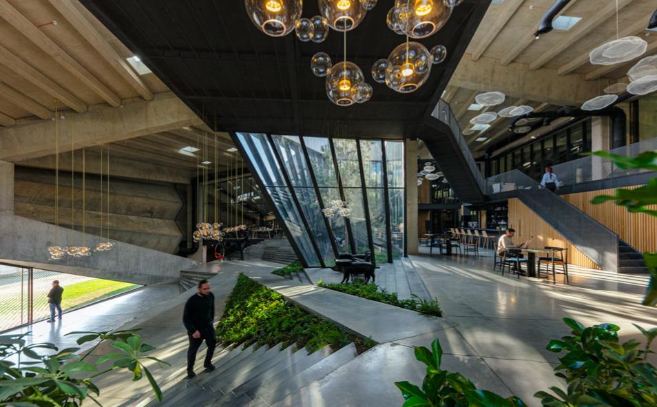 Dach zielony na budynku przemysłowym. Imponujący projekt fabryki kawy na Kaukazie